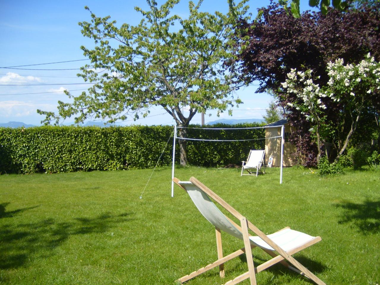 chaise-longue-ou-badminton-jardin chalet la bachole.jpg